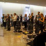 Katrin Bartl (NowYoga.Today) lud die Teilnehmer zu einfachen Yogaübungen ein, die kreative Prozesse unterstützen können.
